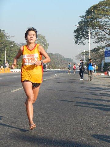 裸足で速く走る女性達(こんな身近に。。。)#5fingers