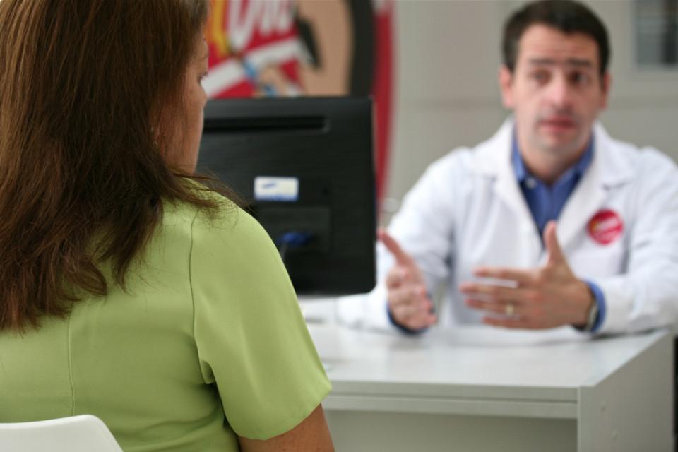 裸足ランナーと医師との何気ない会話から垣間見る