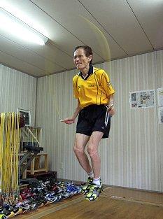 やばい、やばい、驚異の75歳ランナー!? さあ始めよう、縄跳び!